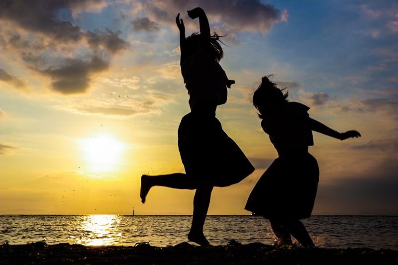 海と夕日と日本女性